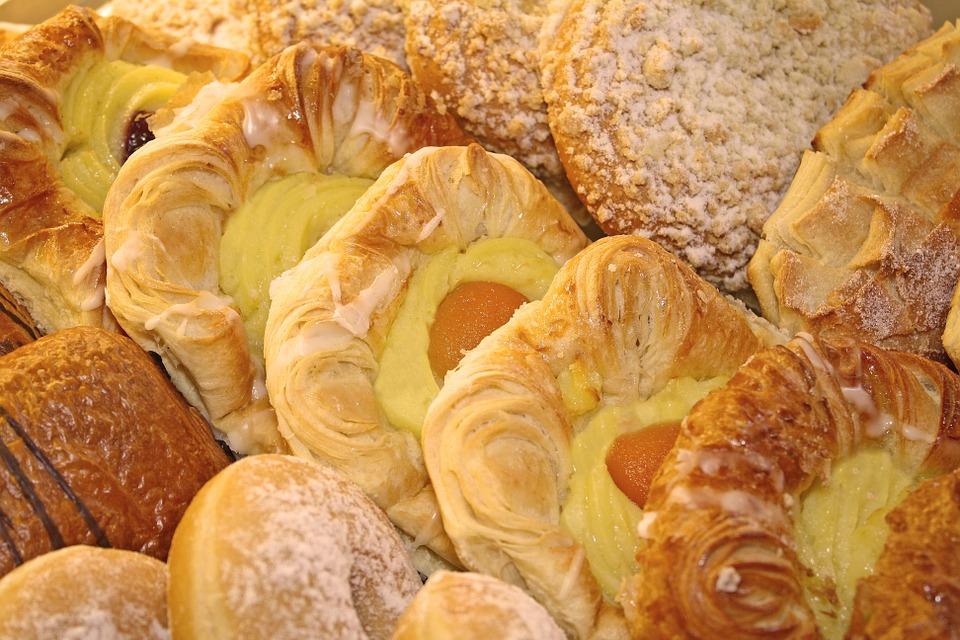 la palabra de pasta, en Italia se utiliza para indicar un tipo de dulce para comer con las manos, por ejemplo, los croissants, los diplomáticos y los daneses son los tipos de pasta