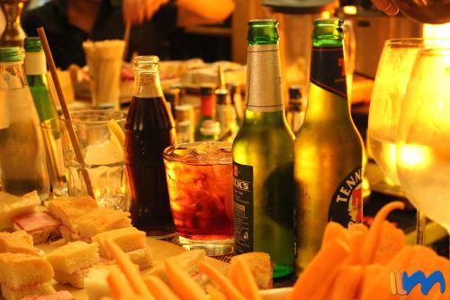 una copa de vino o una cerveza acompañado de aperitivos
