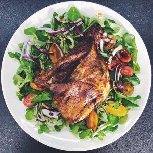 poulet cuit avec des pommes de terre
